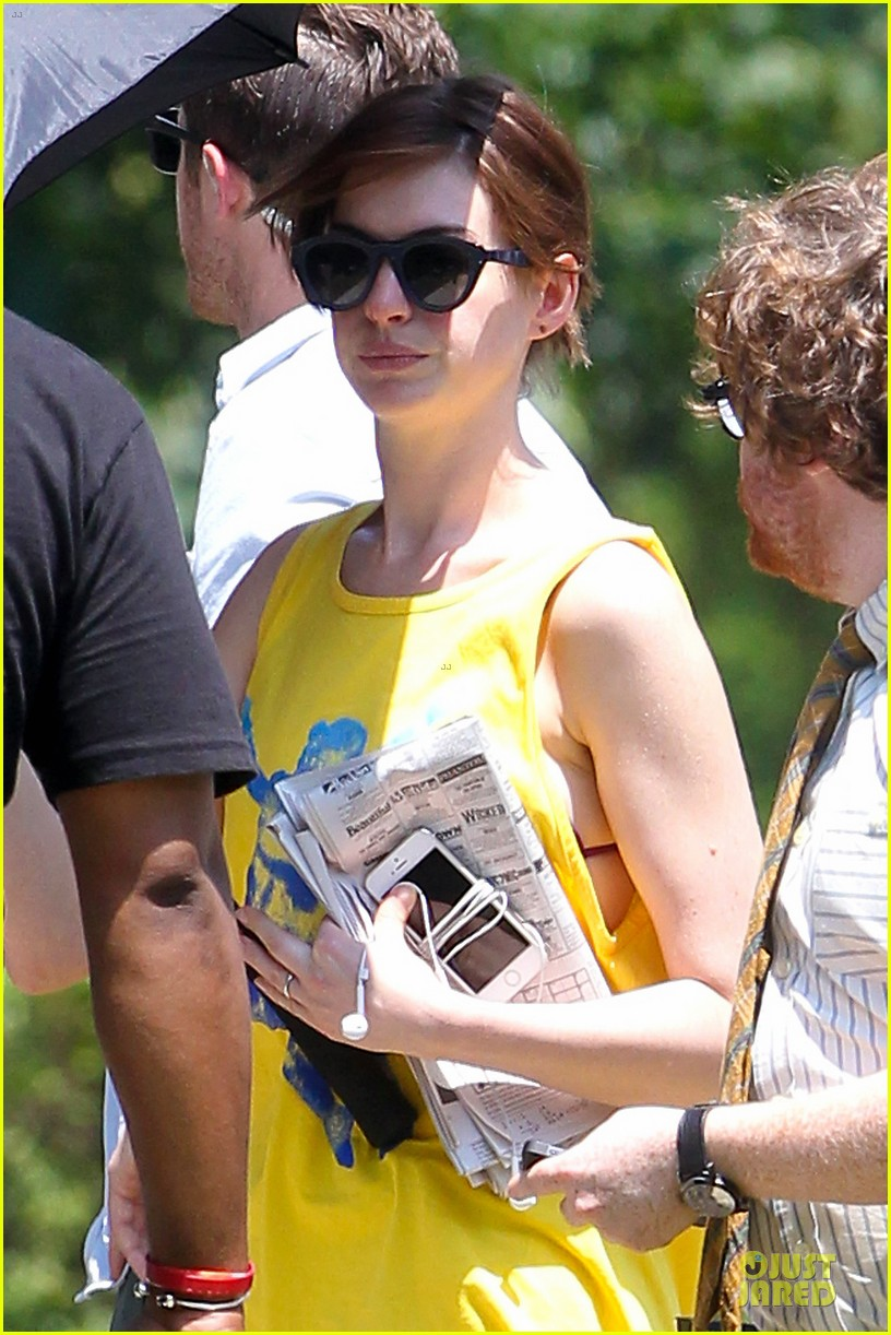 anne hathaway robert de niro get back to work on the intern 02