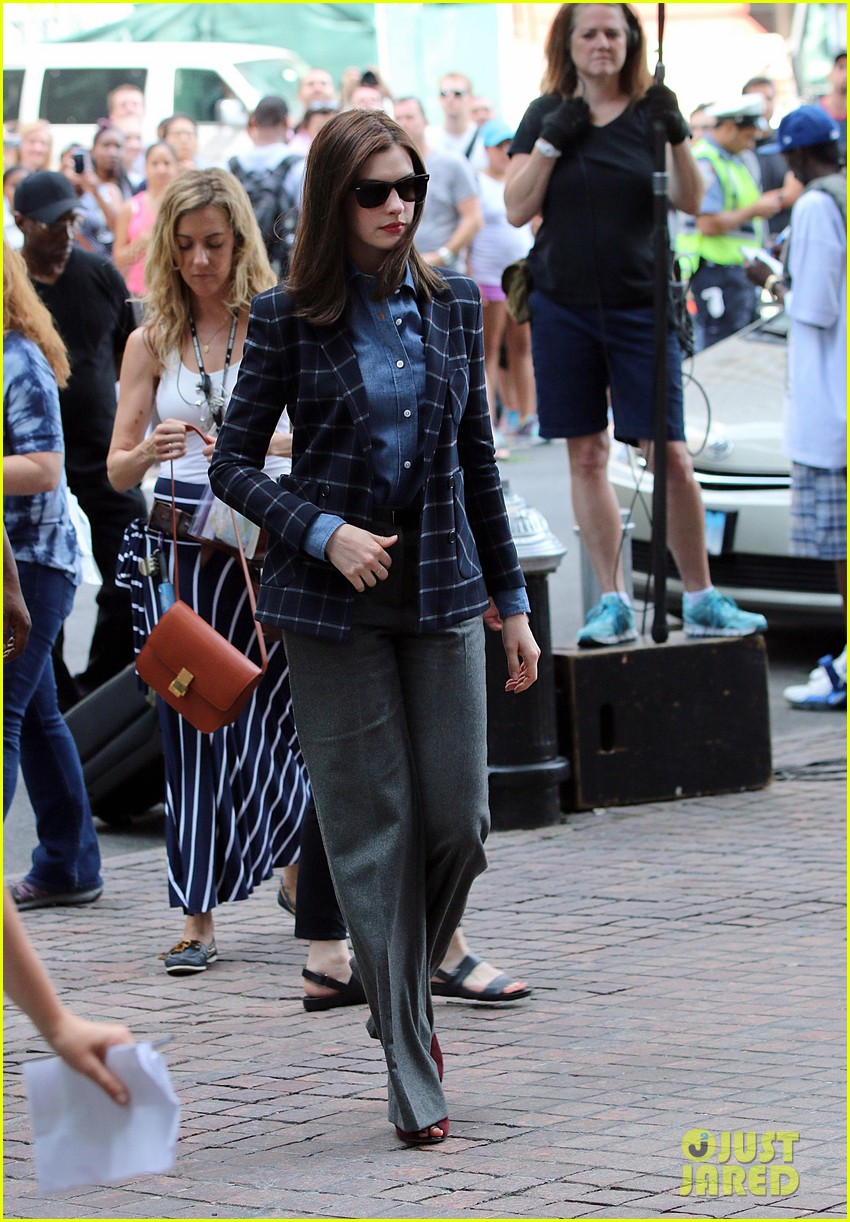 anne hathaway walks the streets of new york in a bathrobe 083153286