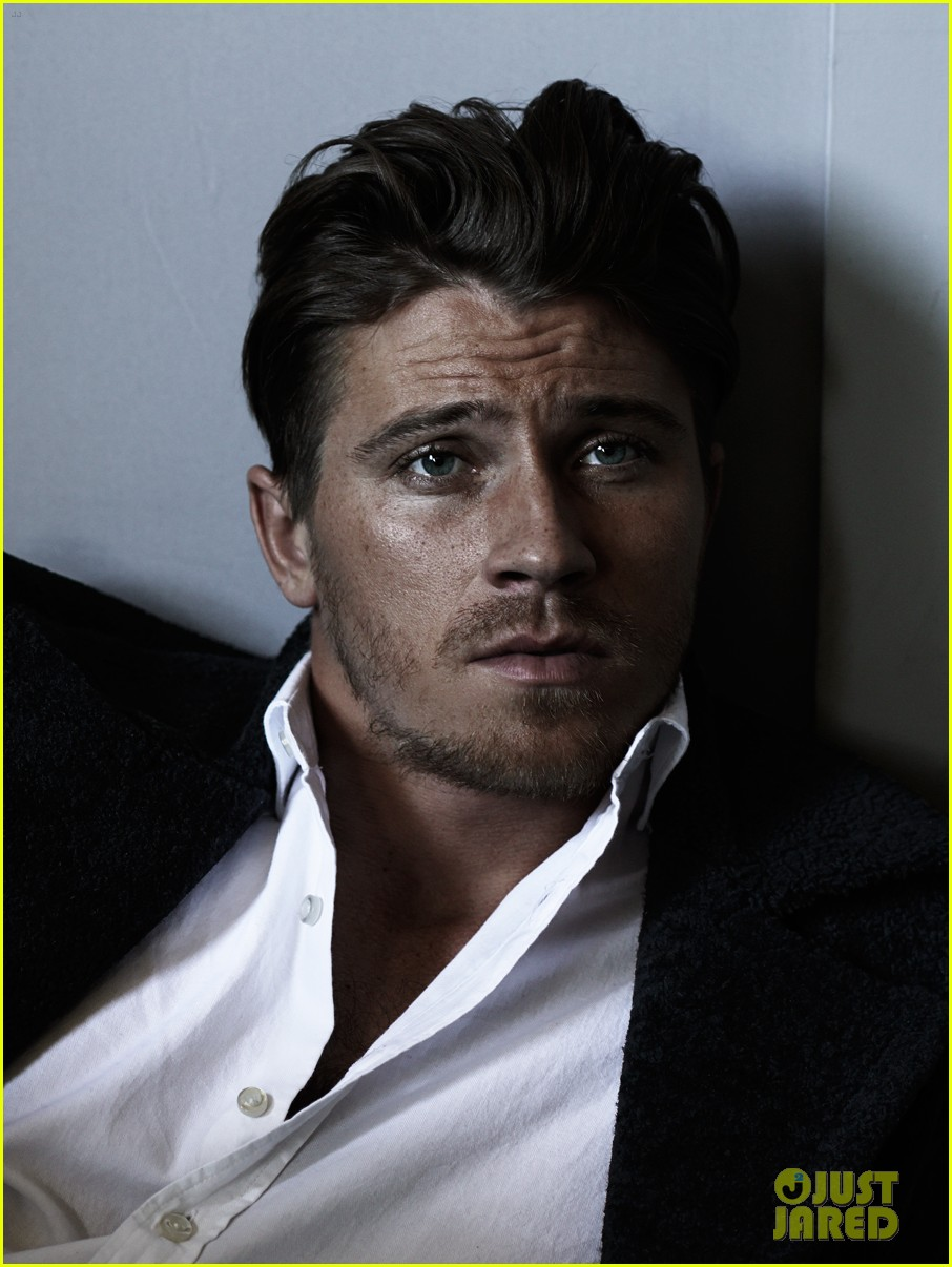 garrett hedlund dishes what he learned from brad pitt 023153105