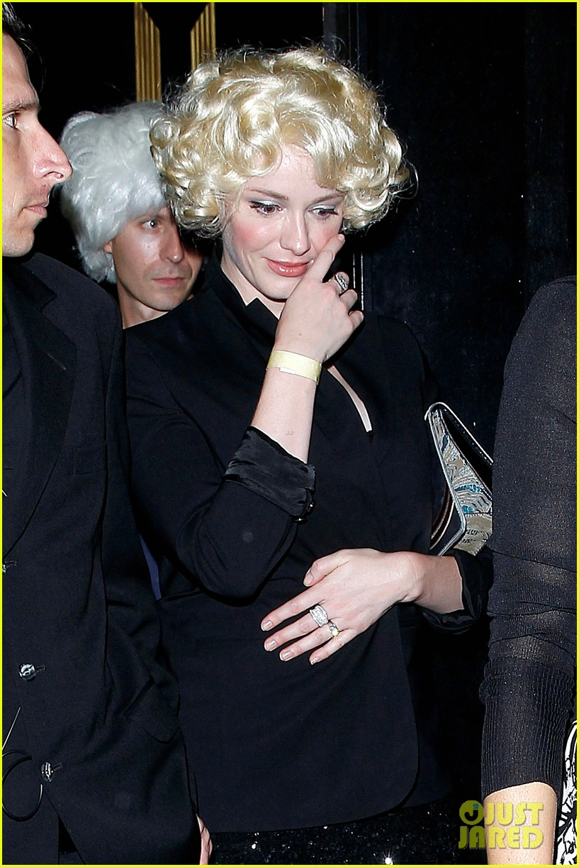 christina hendricks goes blonde for the night with cute wig 013155262