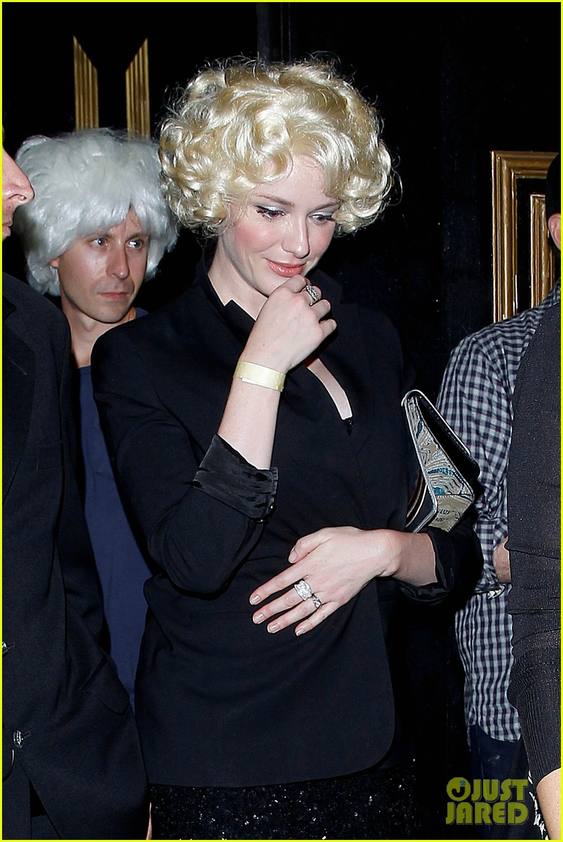 christina hendricks goes blonde for the night with cute wig 023155263
