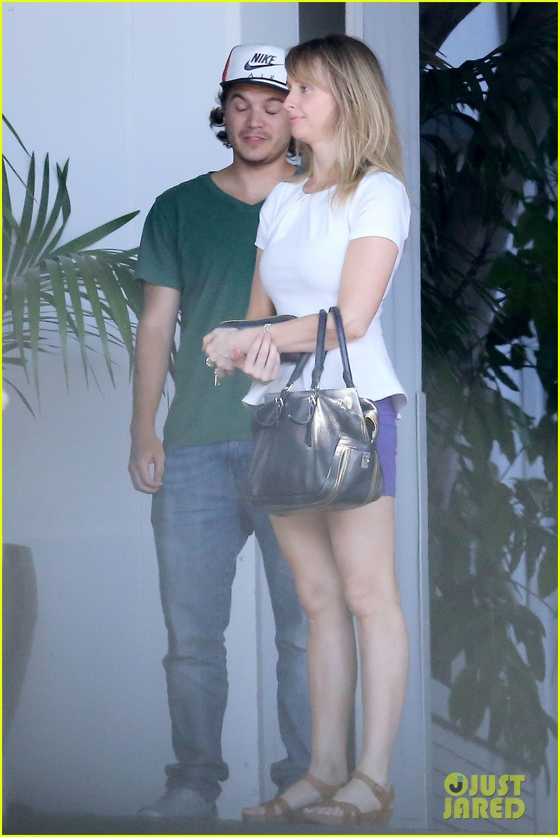 emile hirsch spends his day hanging out at chateau marmont 03