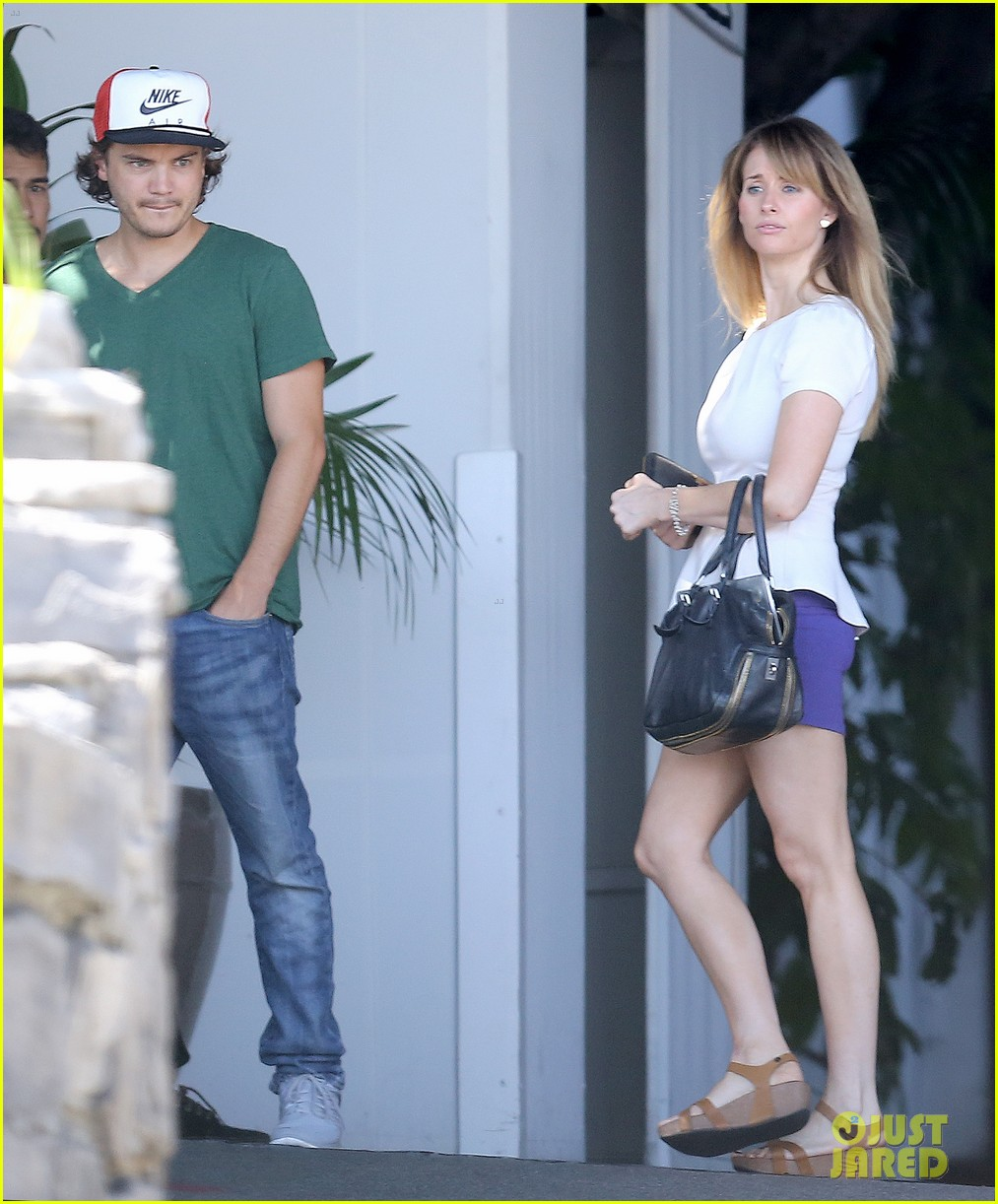 emile hirsch spends his day hanging out at chateau marmont 043147604