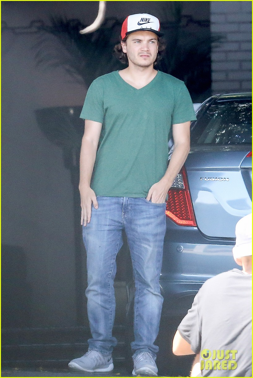 emile hirsch spends his day hanging out at chateau marmont 063147606