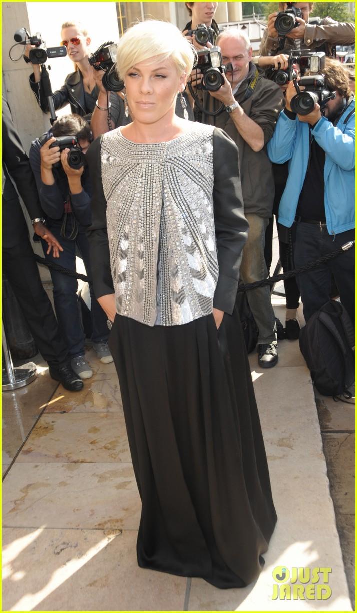 kate hudson pink armani paris fashion week show 093151794