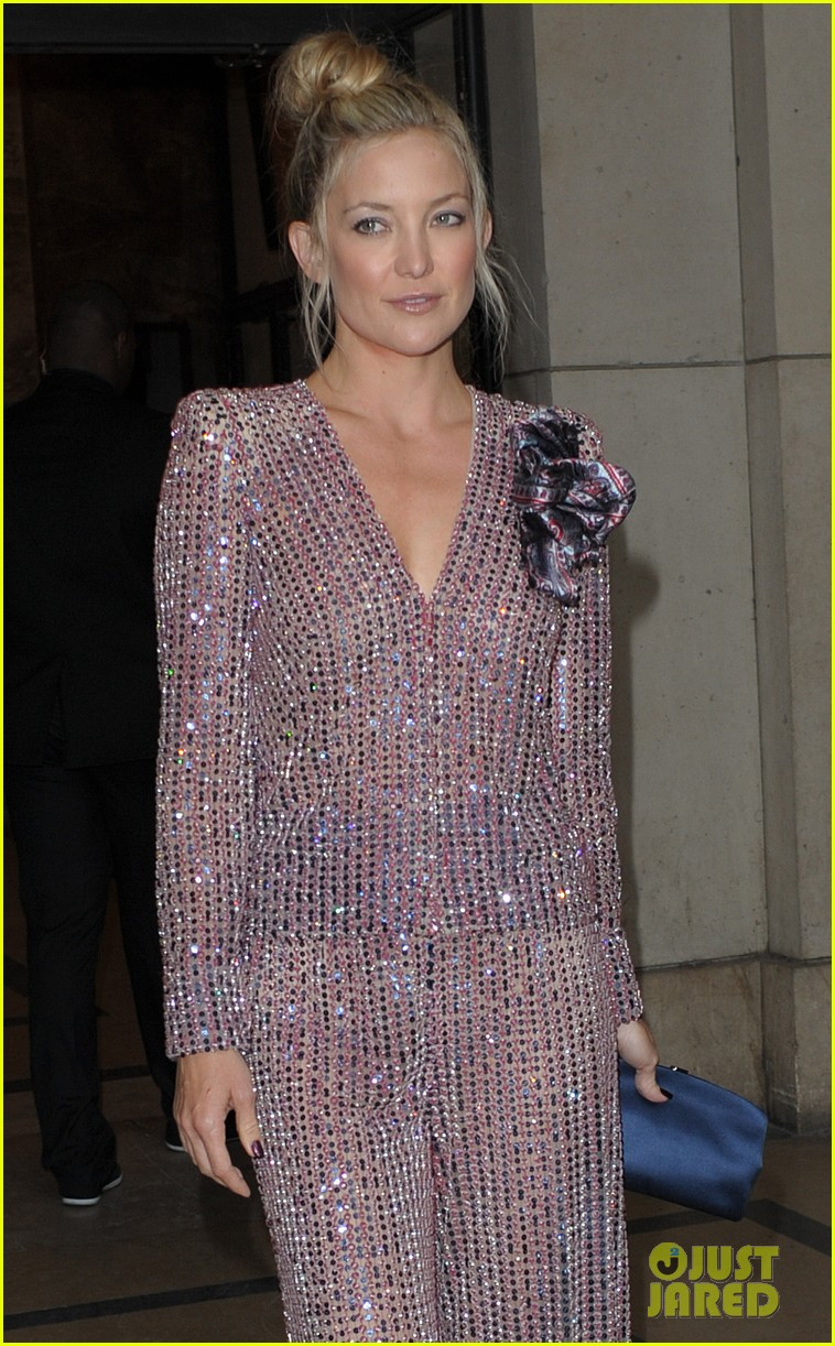 kate hudson pink armani paris fashion week show 153151800