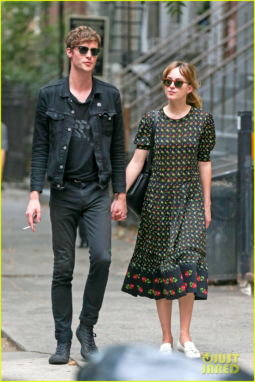 johnson dating Melanie griffith approves of daughter dakota johnson's relationship with coldplay singer chris martin.
