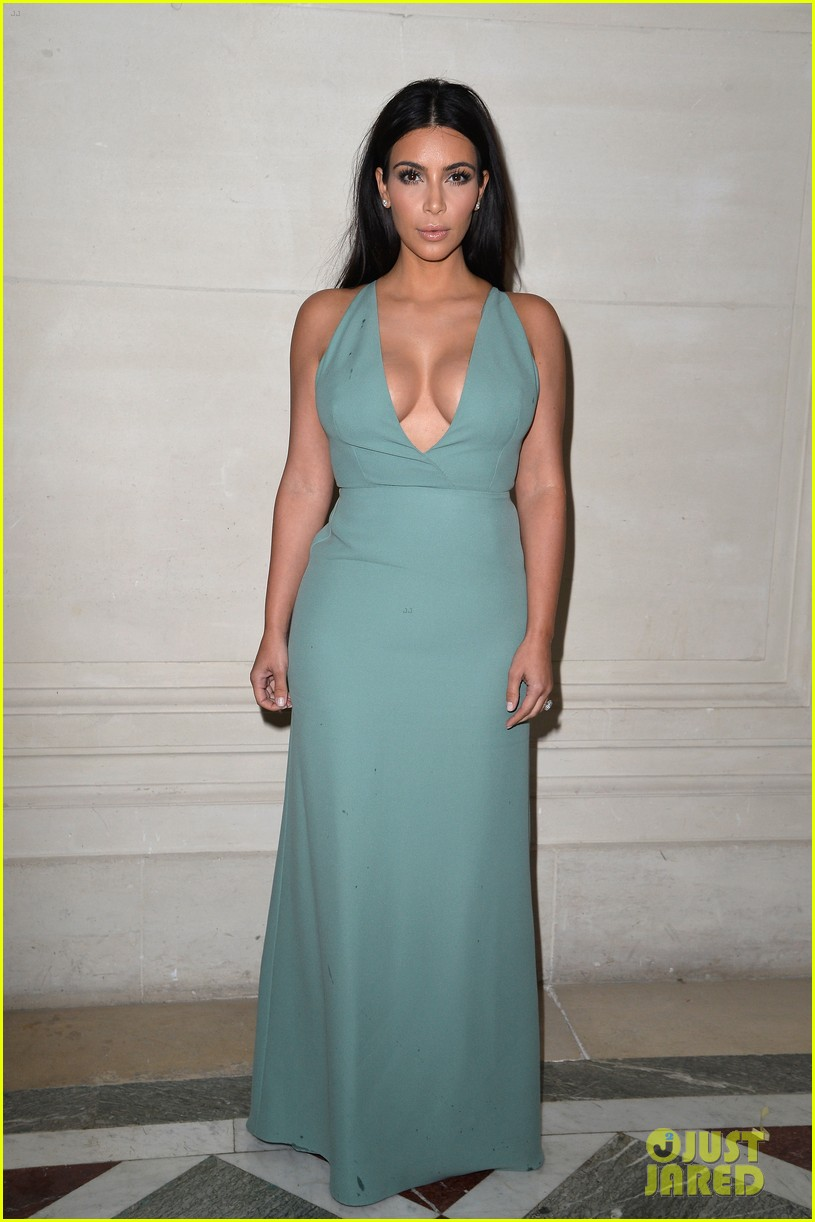 kim kardashian displays lots of cleavage for valentino fashion show 013152326