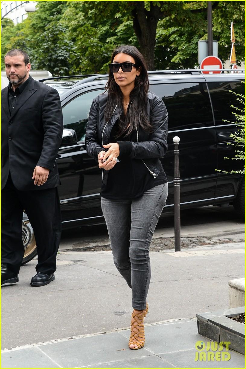 kim kardashian displays lots of cleavage for valentino fashion show 053152330