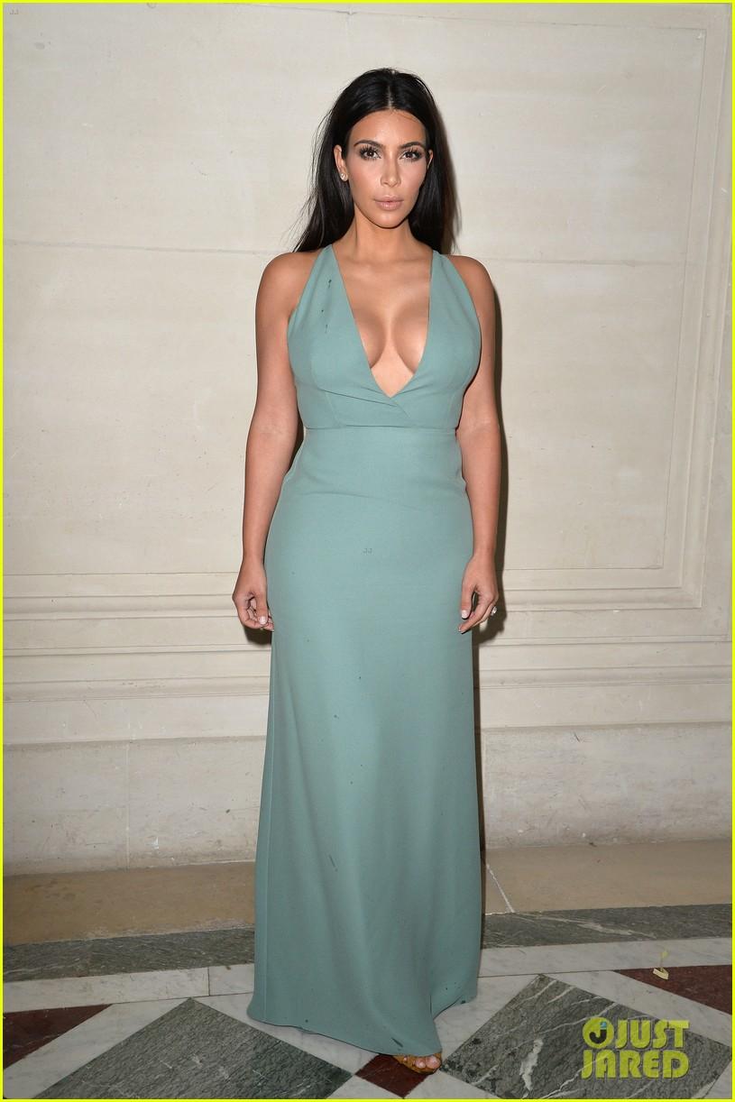 kim kardashian displays lots of cleavage for valentino fashion show 063152331