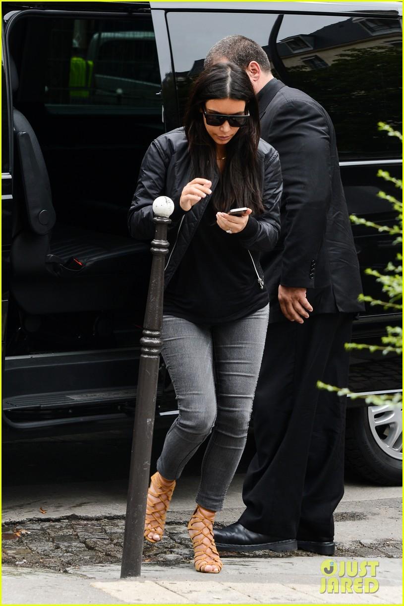 kim kardashian displays lots of cleavage for valentino fashion show 373152362