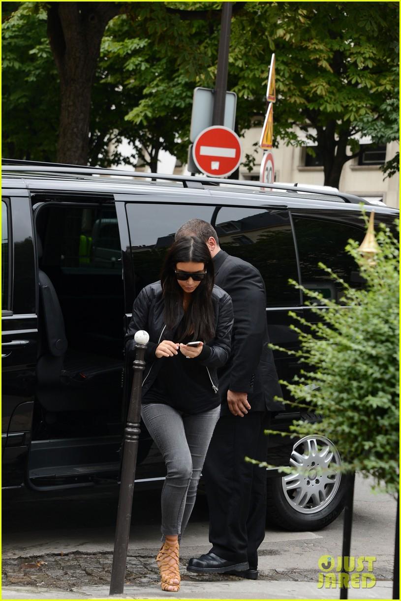 kim kardashian displays lots of cleavage for valentino fashion show 423152367