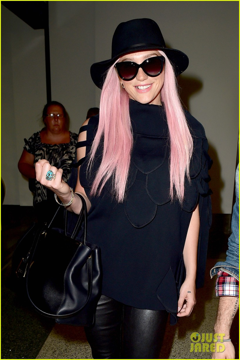 keshas pink hair adds pop of color to her dark ensemble 063148948