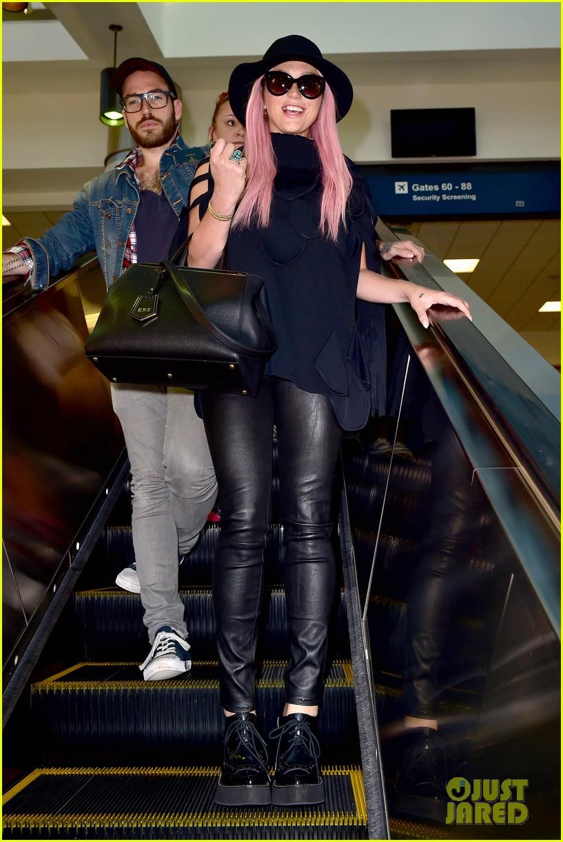 keshas pink hair adds pop of color to her dark ensemble 103148952