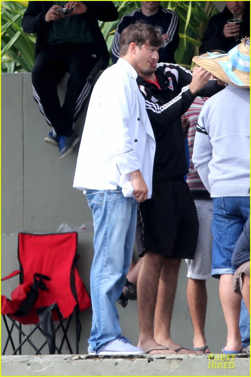 ashton kutcher handsome chef in brazil 013153842