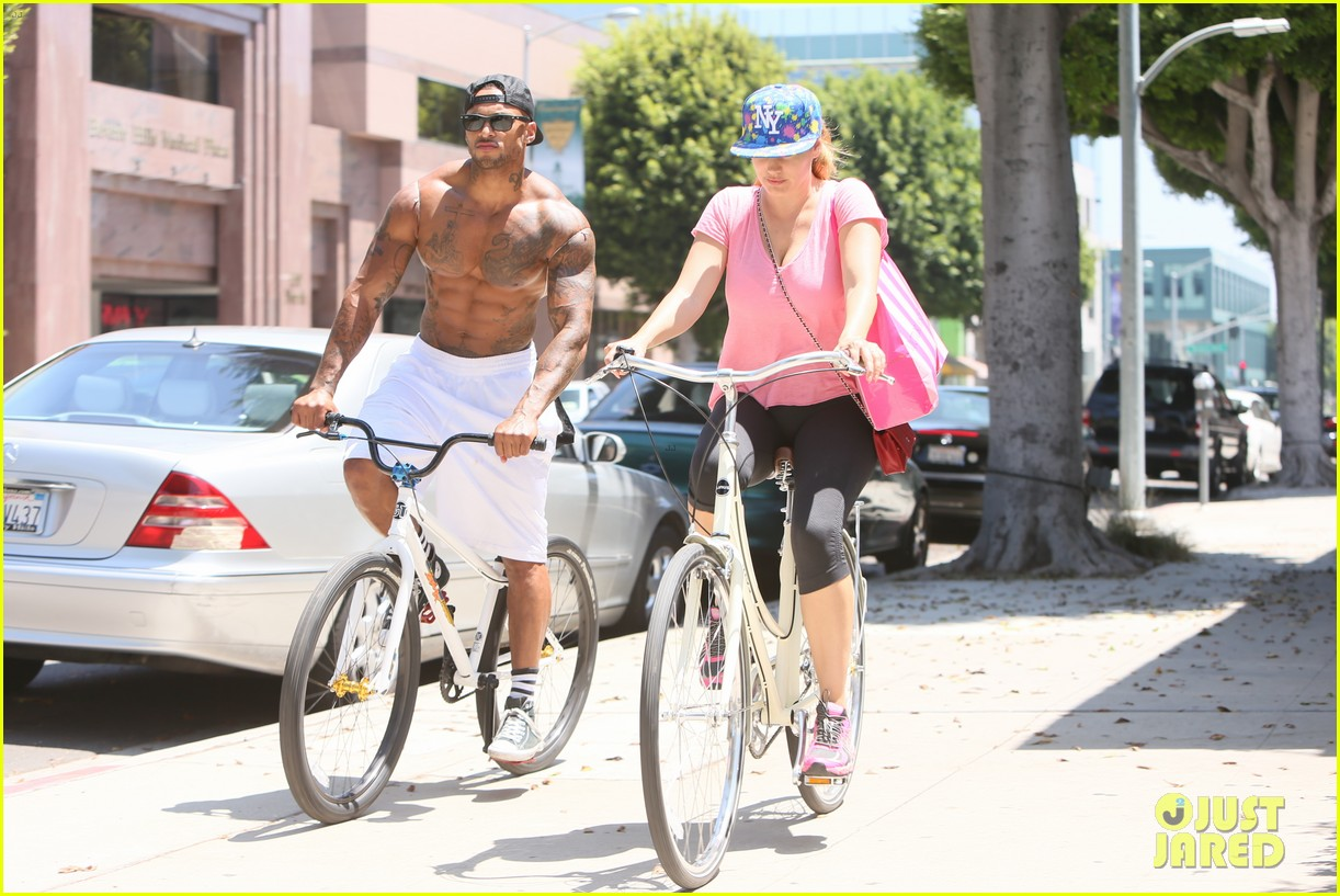 kelly brook fiance david mcintosh should always go shirtless 273149321