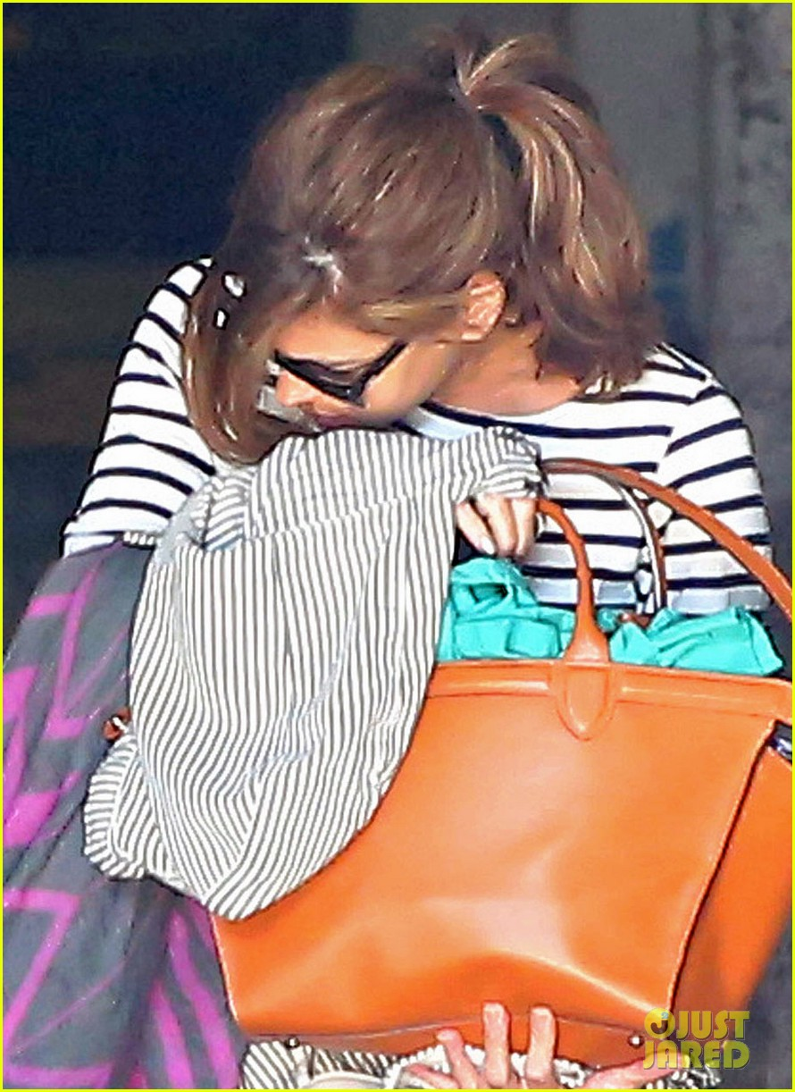 eva mendes hides her baby bump after pregnancy reveal 023153578
