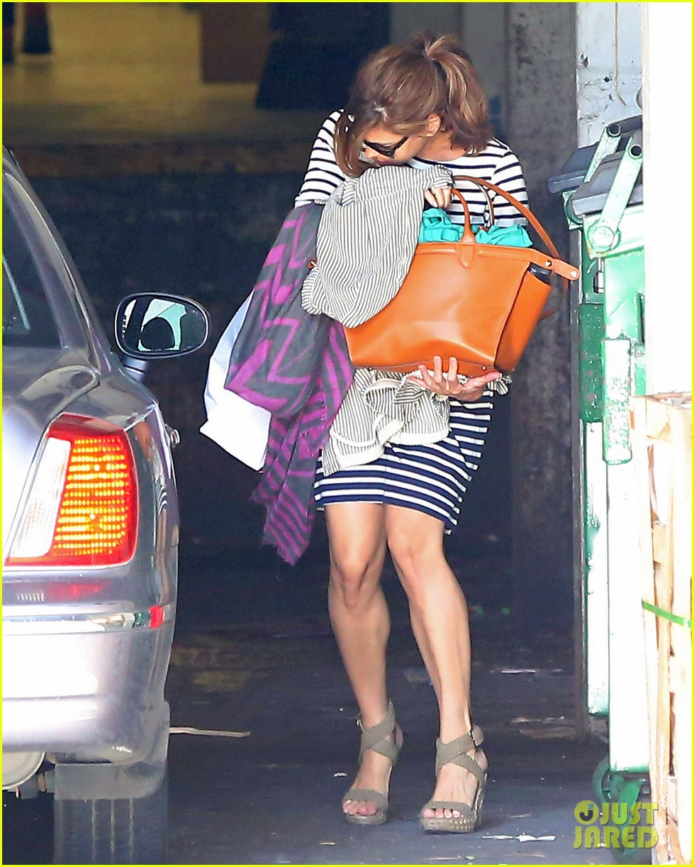 eva mendes hides her baby bump after pregnancy reveal 043153580