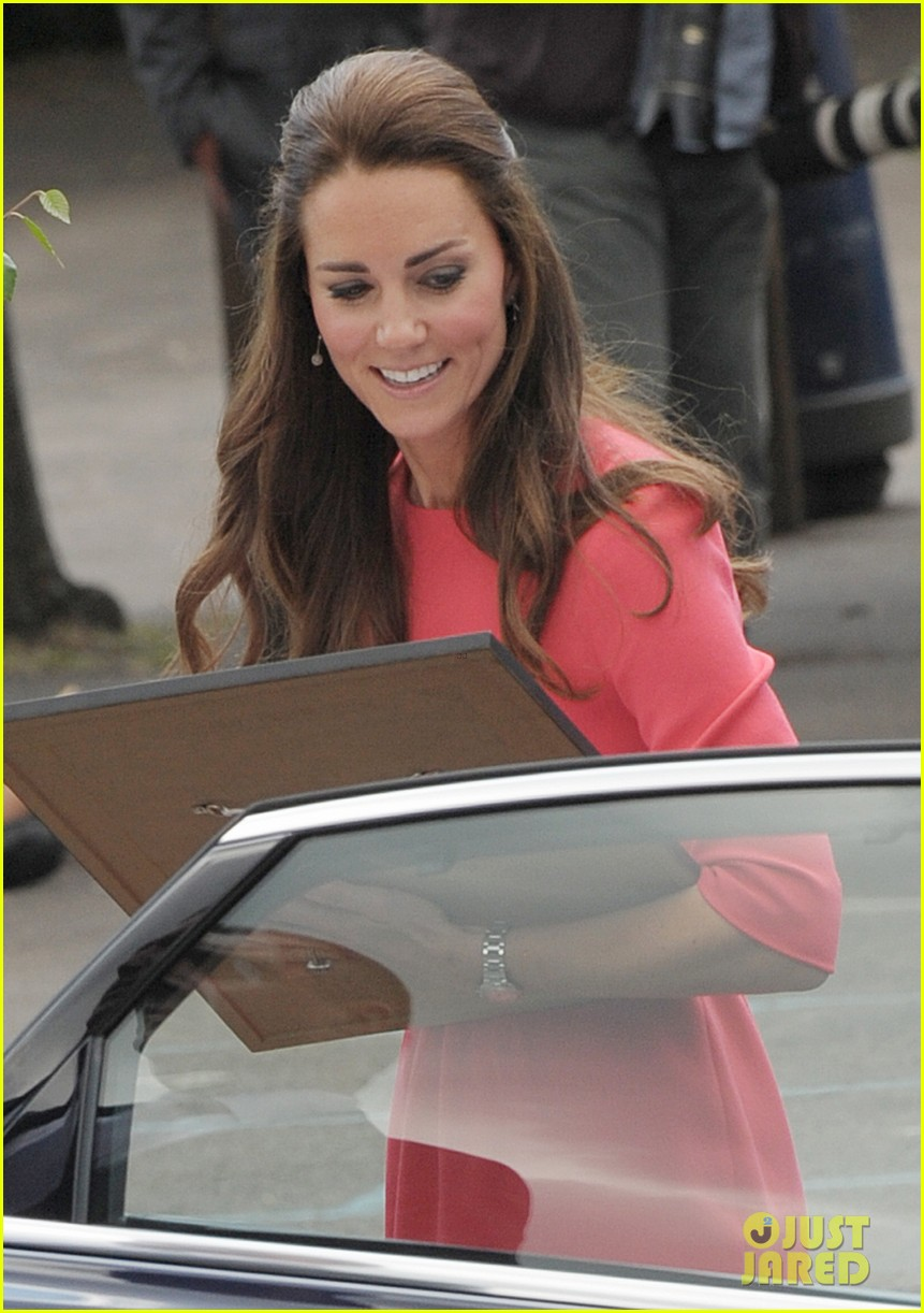 kate middleton is bright in pink for blessed sacrament school visit 023147505