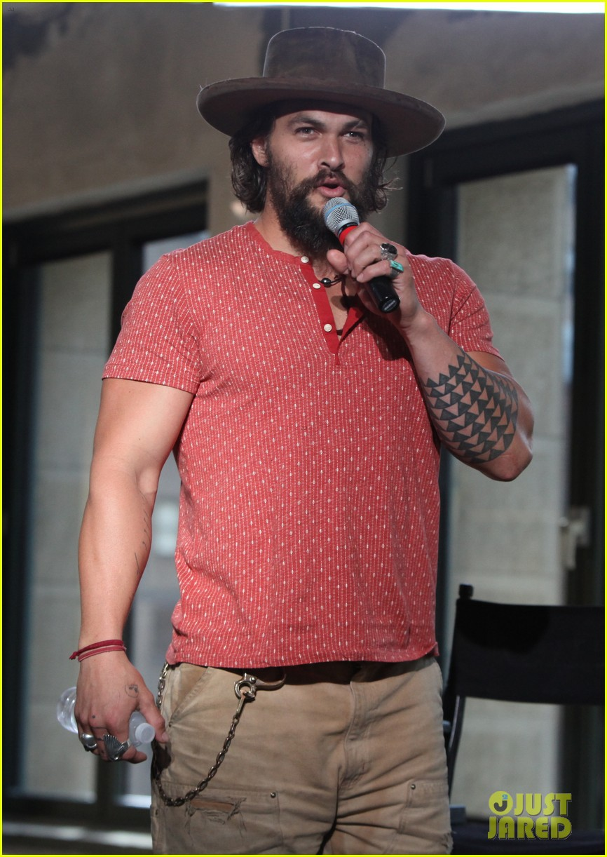 jason momoa hits red carpet barefoot for screening 023152133