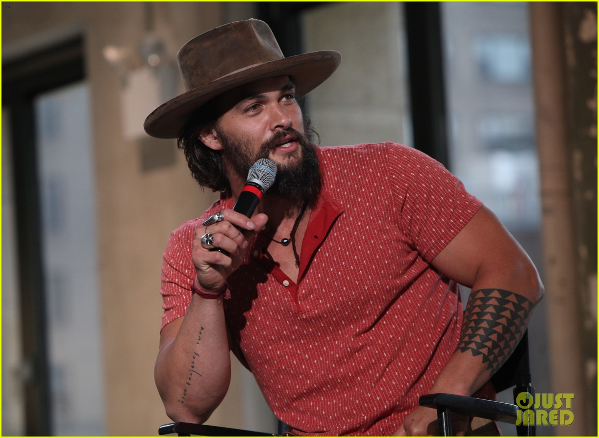 jason momoa hits red carpet barefoot for screening 083152139