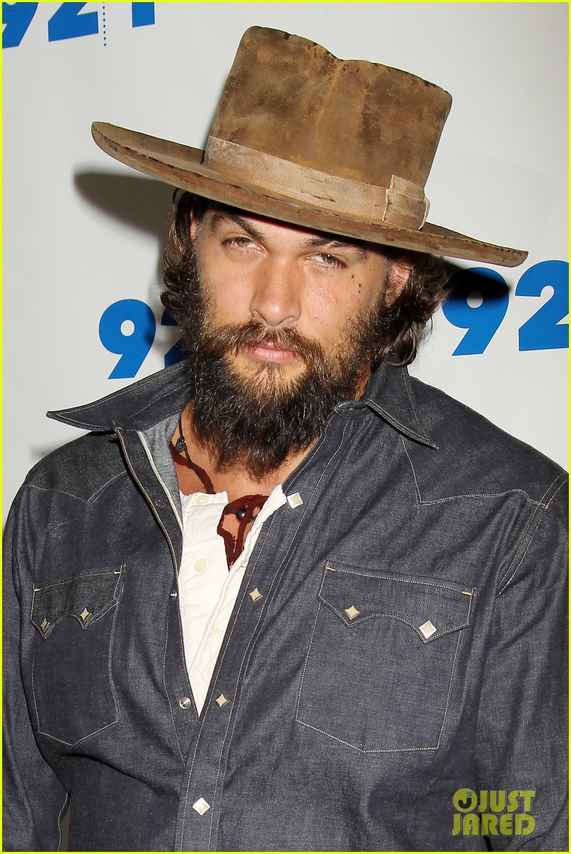 jason momoa hits red carpet barefoot for screening 103152141