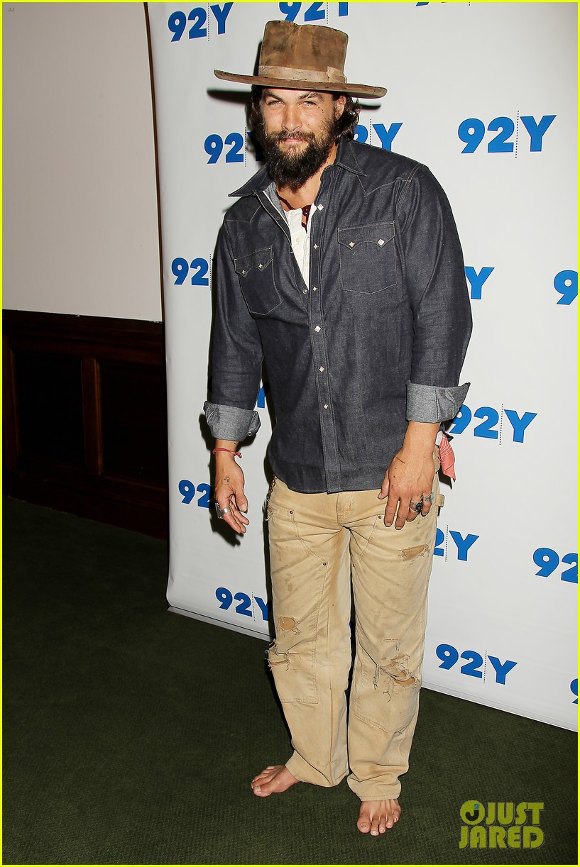 jason momoa hits red carpet barefoot for screening 153152146