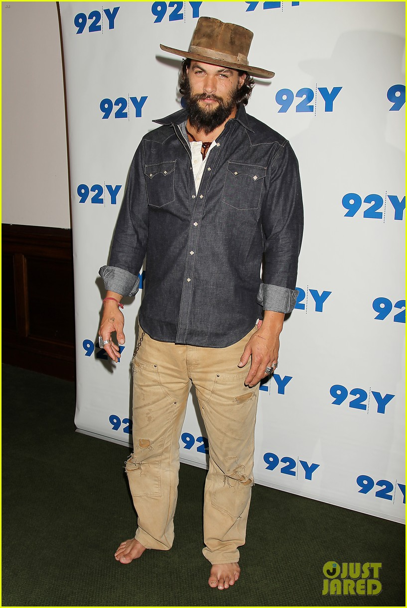 jason momoa hits red carpet barefoot for screening 173152148
