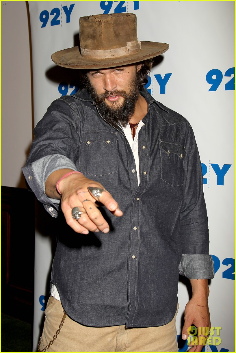 jason momoa hits red carpet barefoot for screening 203152151