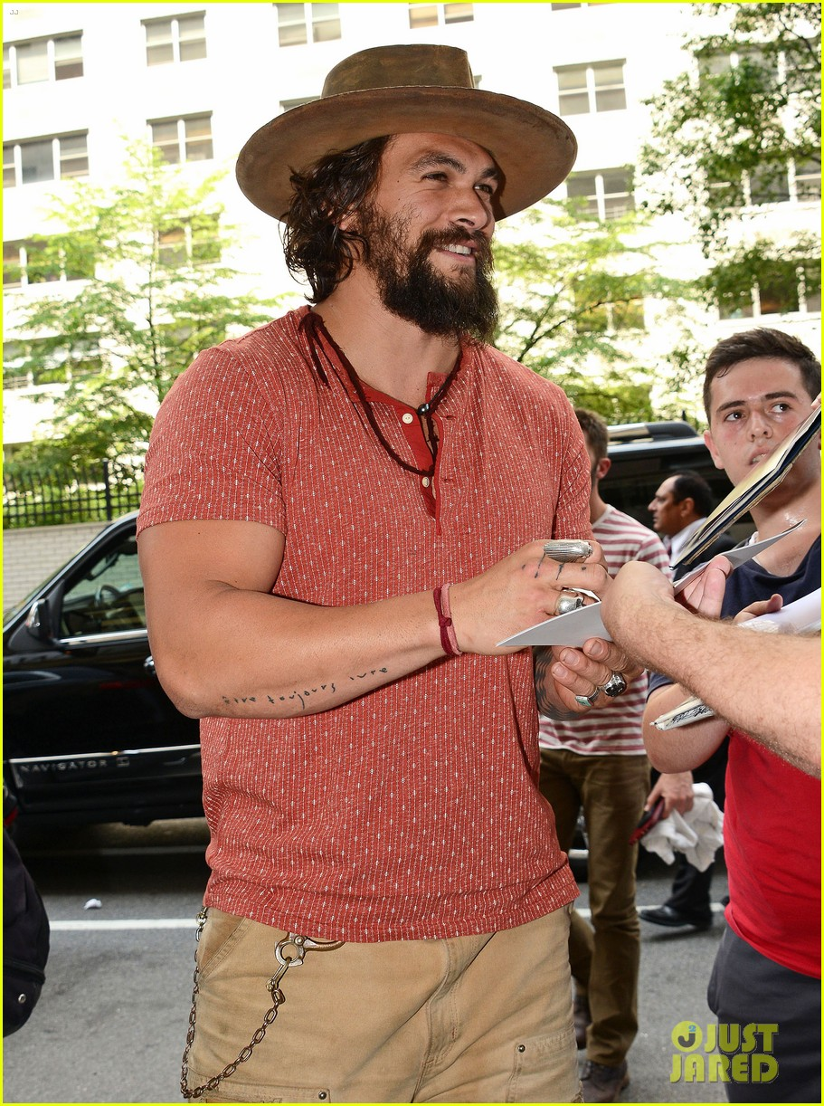 jason momoa hits red carpet barefoot for screening 243152155