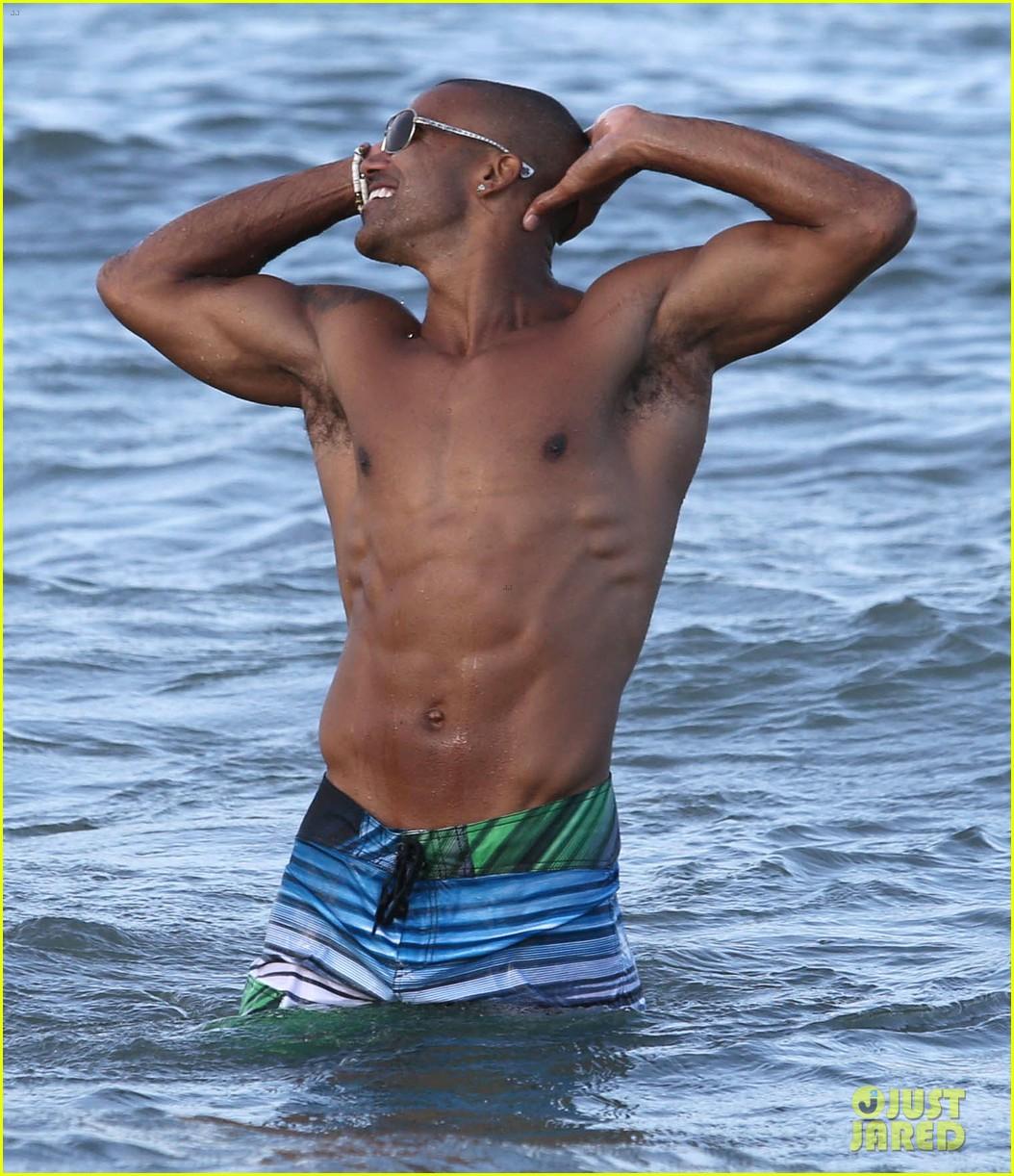 shemar moore shirtless flexes muscles beach 013149854