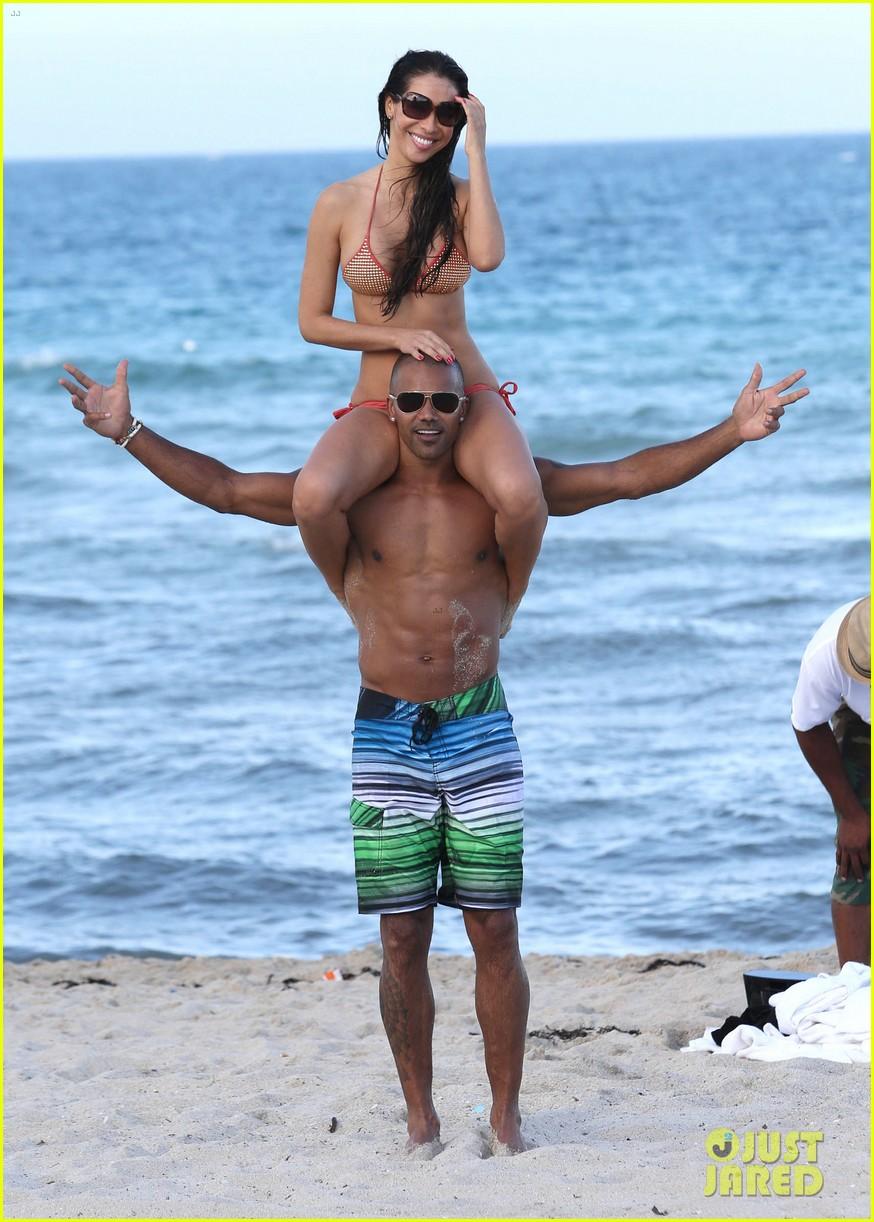 shemar moore shirtless flexes muscles beach 023149855