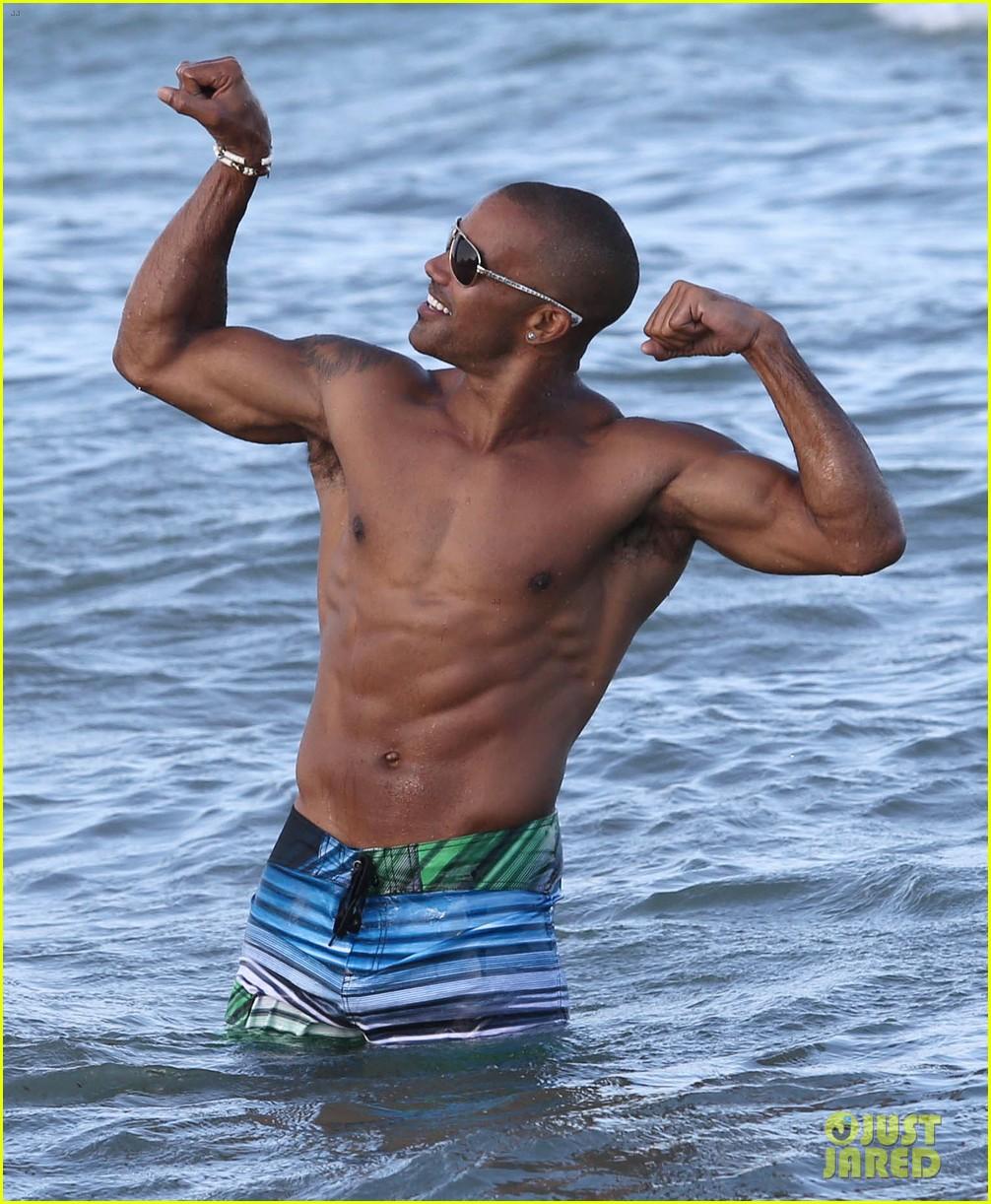 shemar moore shirtless flexes muscles beach 053149858