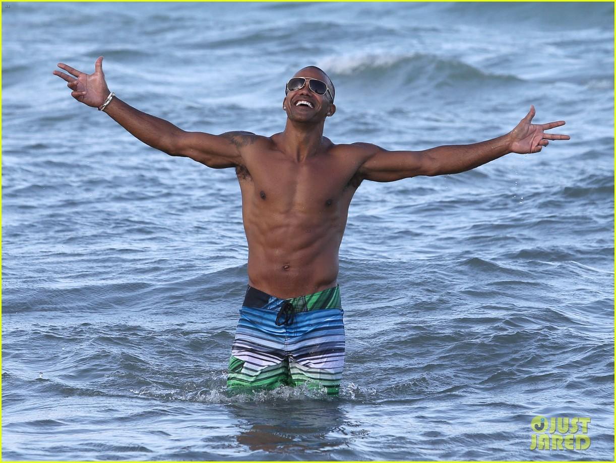 shemar moore shirtless flexes muscles beach 093149862