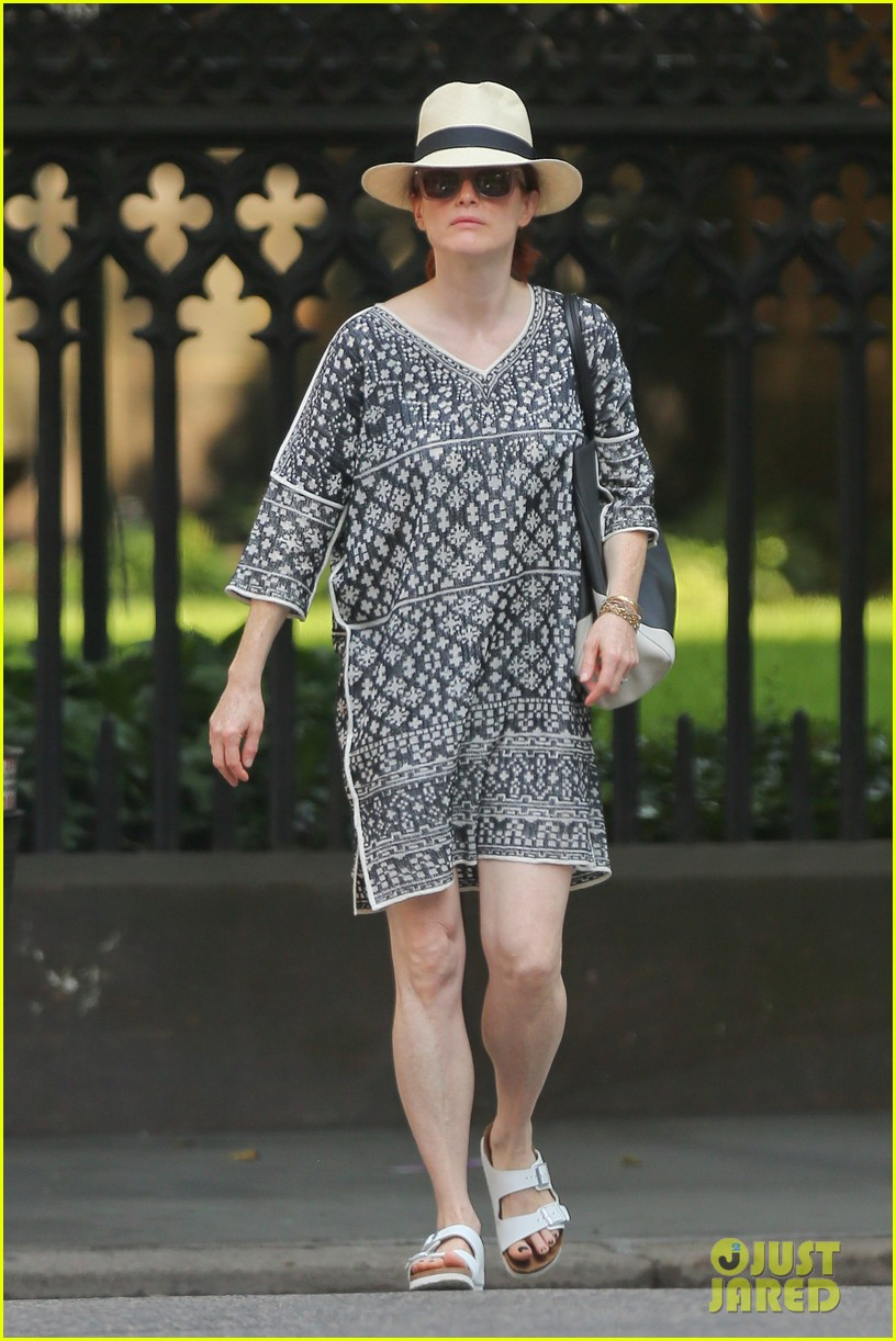julianne moore is summer chic for yoga class 01