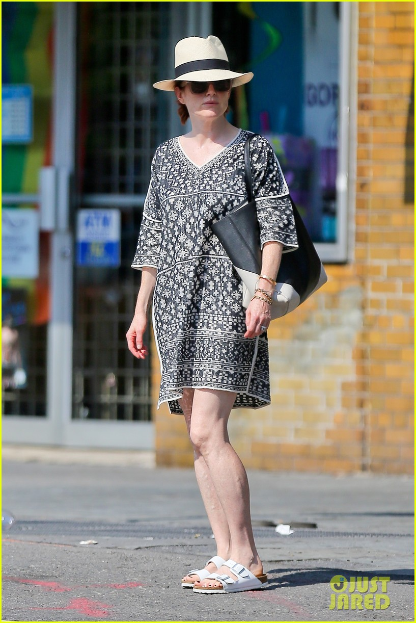 julianne moore is summer chic for yoga class 023148815