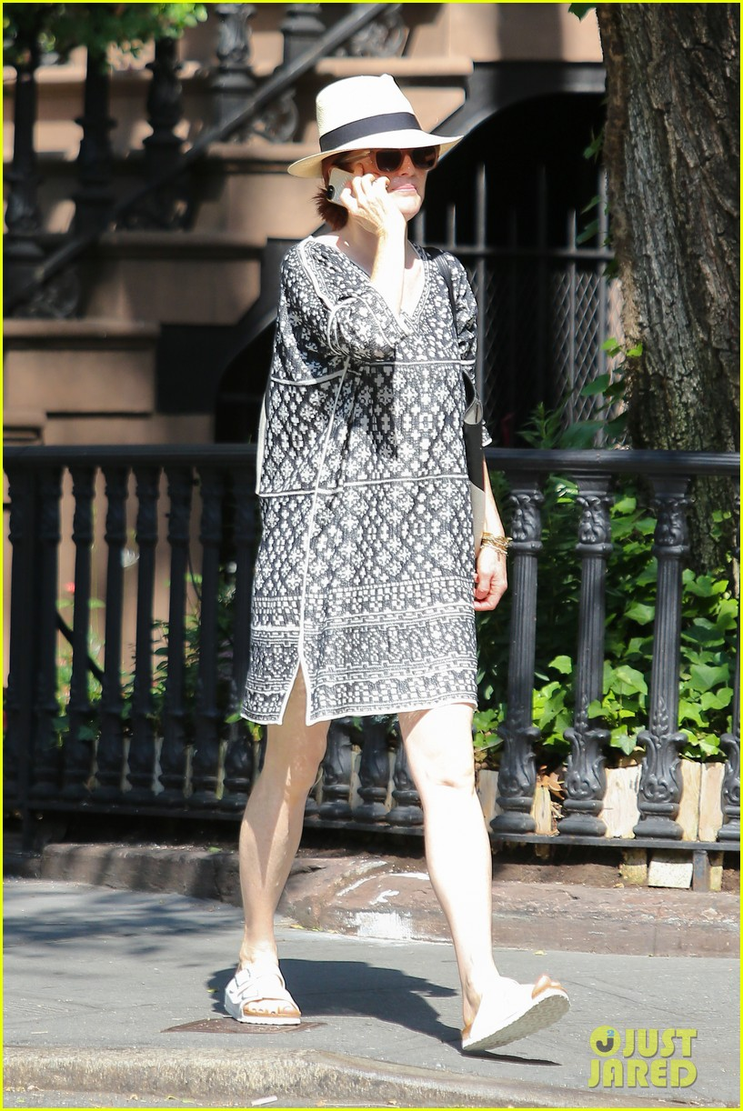 julianne moore is summer chic for yoga class 033148816