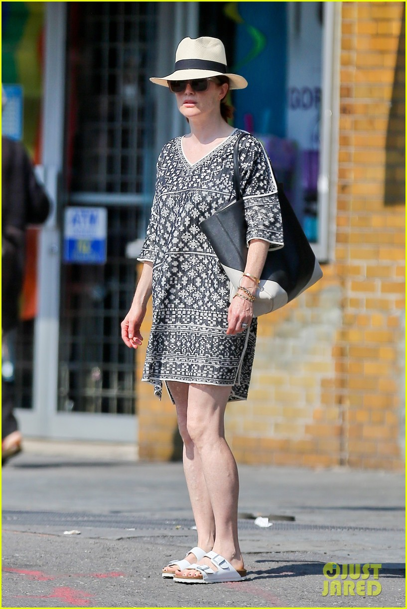 julianne moore is summer chic for yoga class 043148817