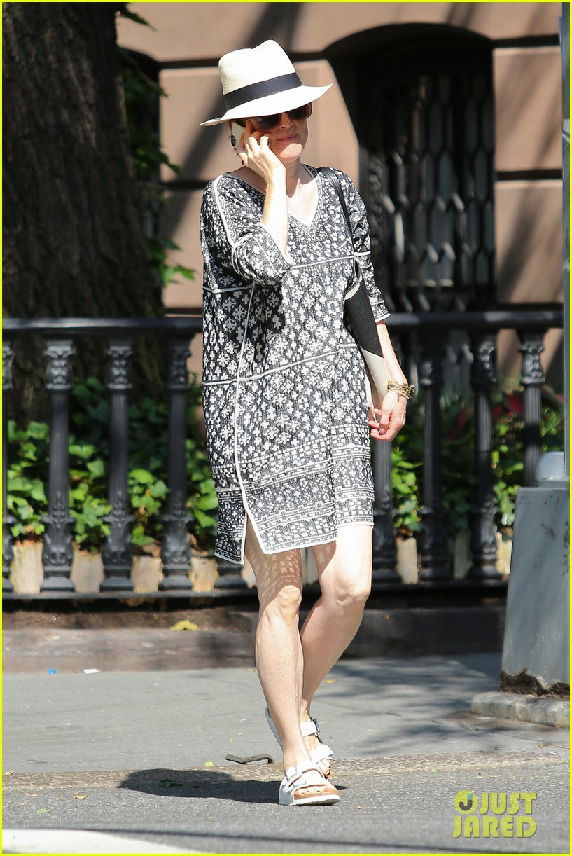 julianne moore is summer chic for yoga class 063148819