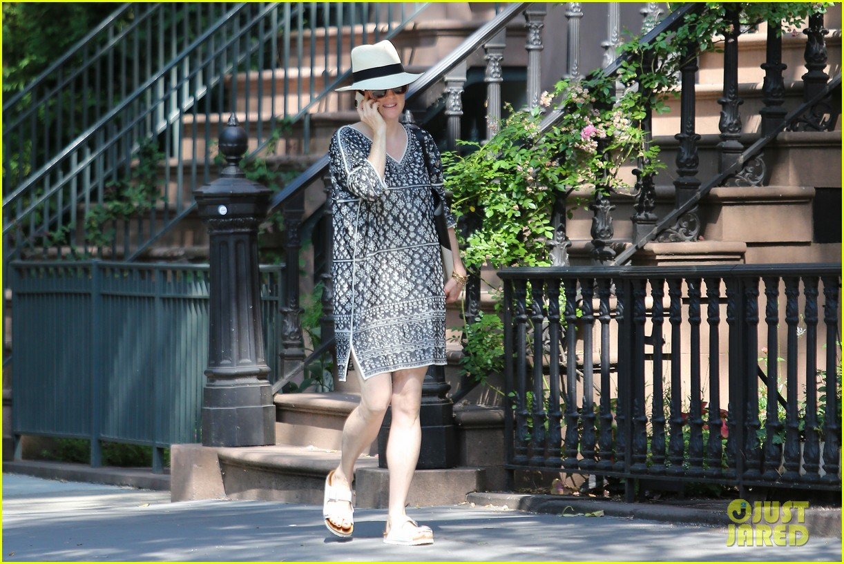julianne moore is summer chic for yoga class 073148820