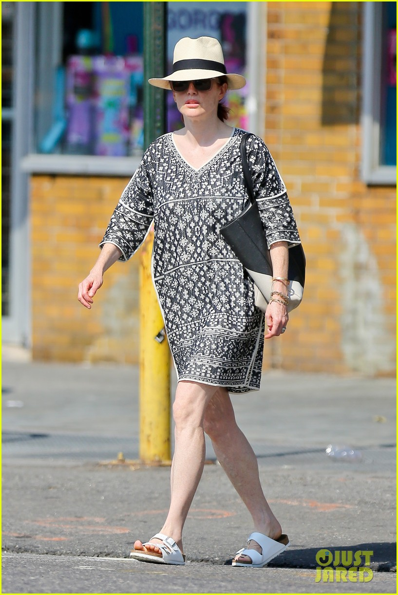 julianne moore is summer chic for yoga class 083148821