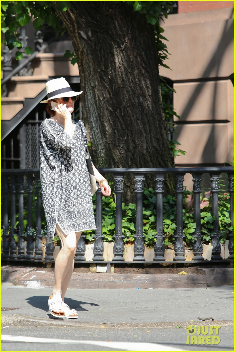 julianne moore is summer chic for yoga class 09