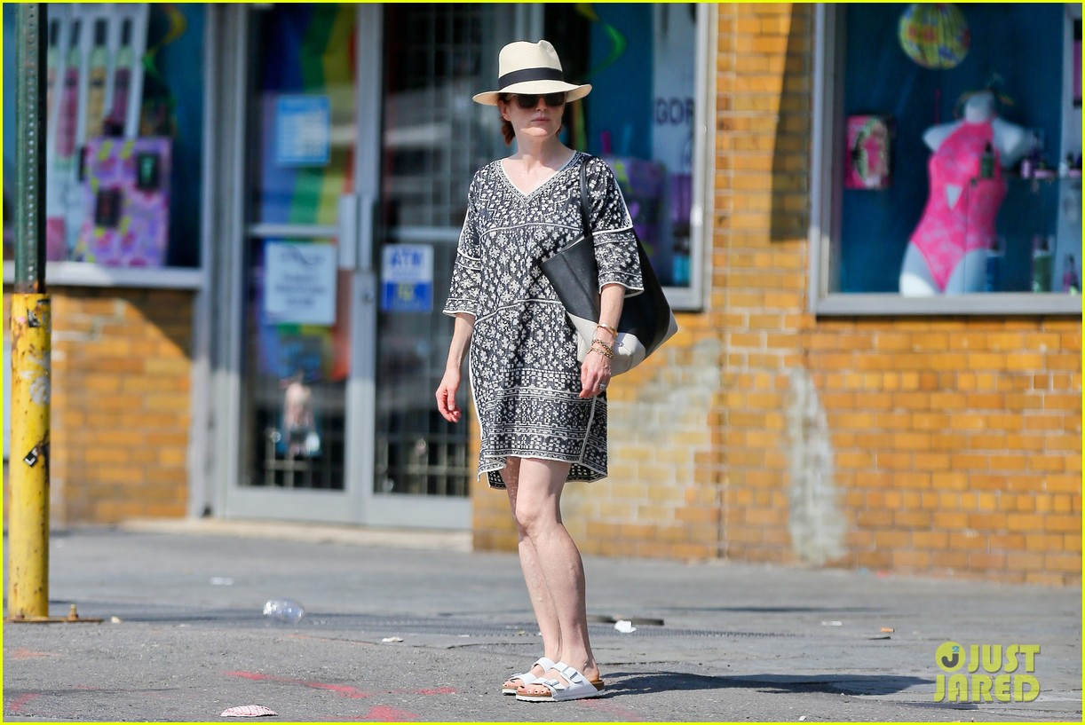 julianne moore is summer chic for yoga class 103148823
