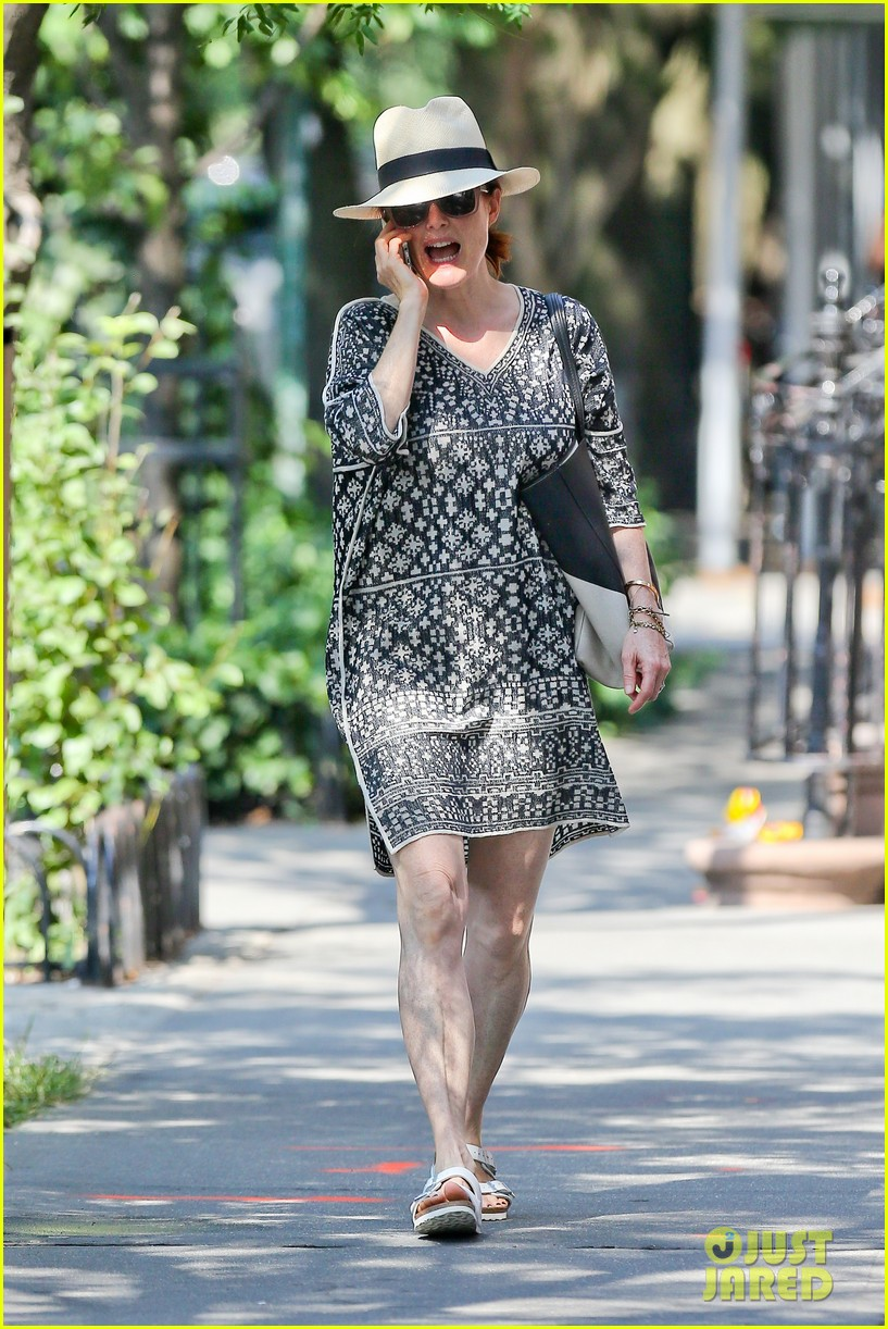 julianne moore is summer chic for yoga class 12