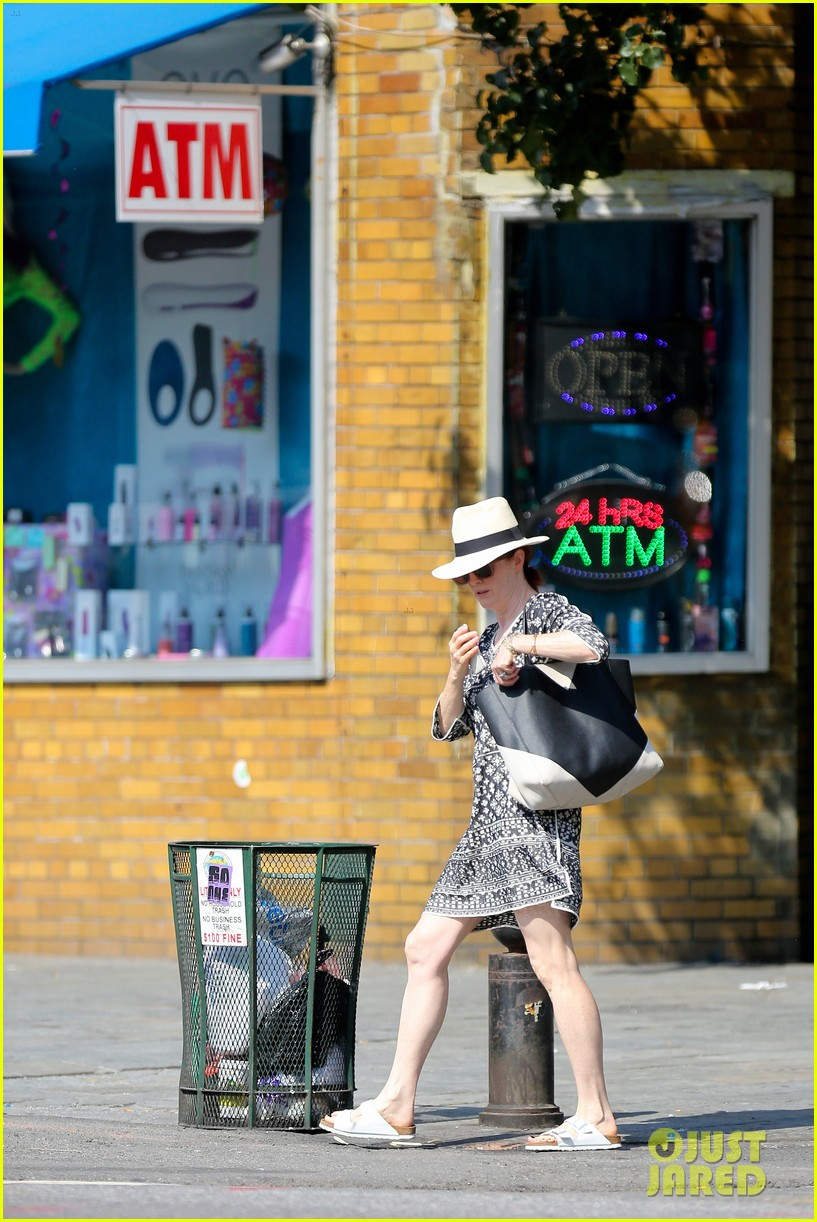 julianne moore is summer chic for yoga class 143148827