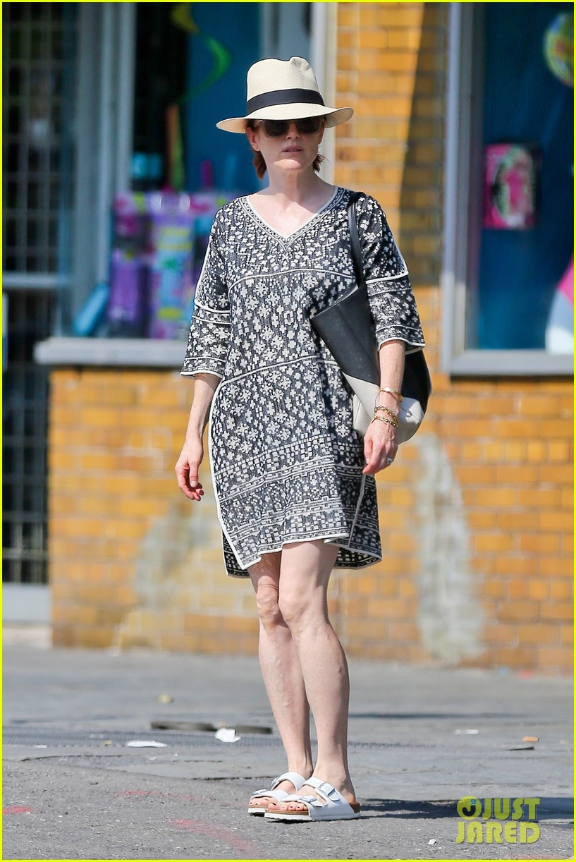 julianne moore is summer chic for yoga class 153148828