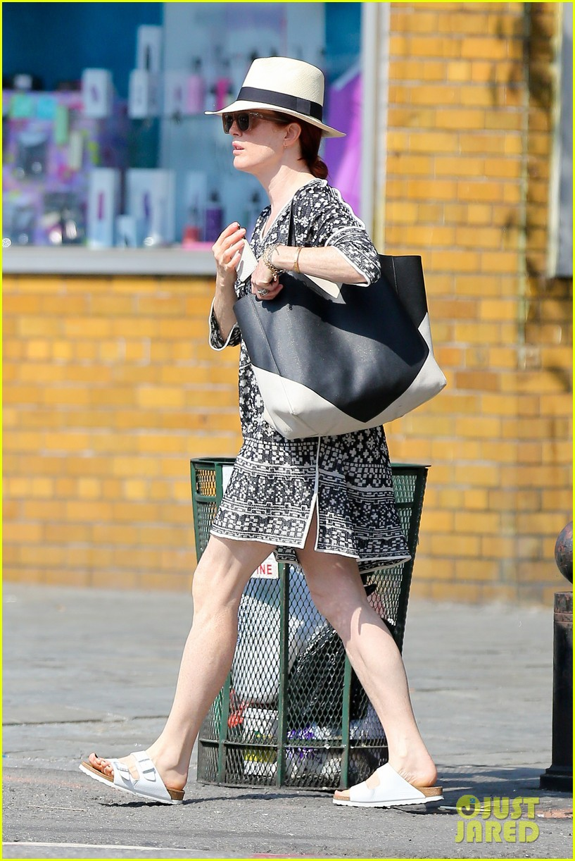 julianne moore is summer chic for yoga class 173148830