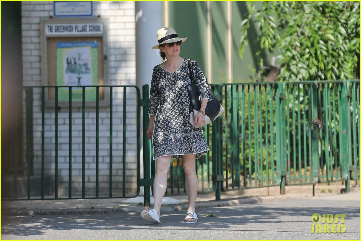 julianne moore is summer chic for yoga class 203148833