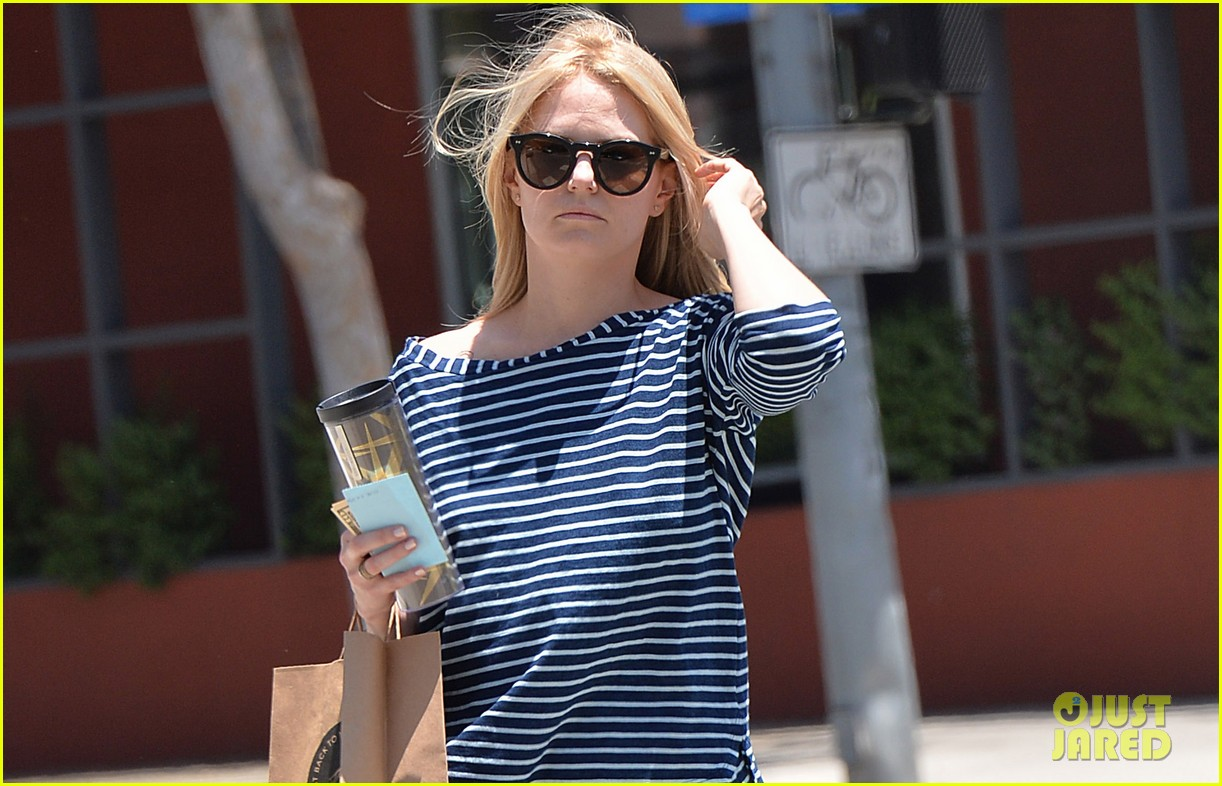 jennifer morrison returns to los angeles after being one of only ladies at oz comic con 033152225