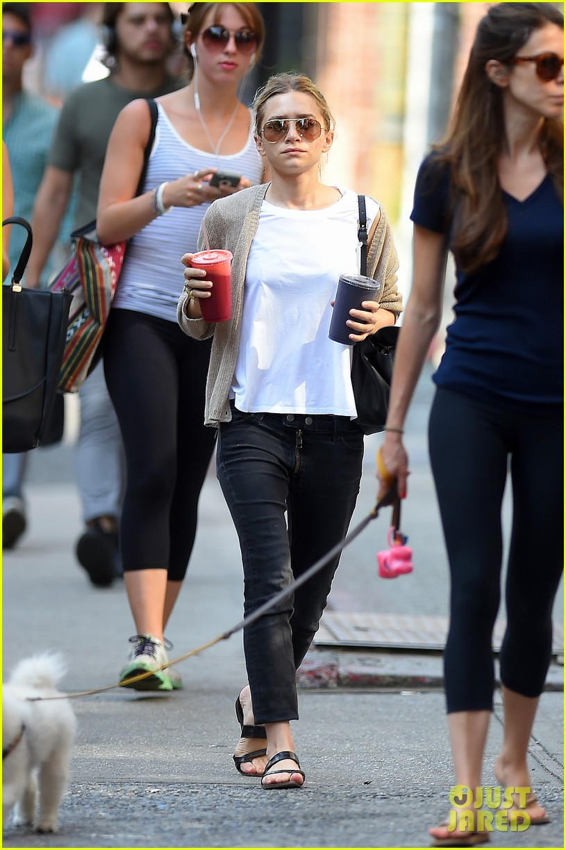 ashley olsen grabs two juices to go 053148883